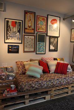 Veja um passo a passo super simples para fazer seu sofá de palete! Também separamos uma galeria para te inspirar com vários sofás de pallets. Confira!