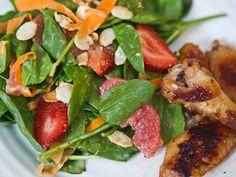 Coxas de frango com salada de agriao, morangos, laranja e amendoas