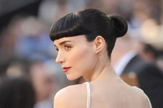 Rooney Mara at the 2012 Oscar's Academy Awards show. Rooney Mara keeps her super simple and slicked back. Her hair is almost black with very striking Oscar Hairstyles, Celebrity Hairstyles, Braided Hairstyles, Wedding Hairstyles, Cool Hairstyles, Hairstyle Ideas, Hairstyles Haircuts, Rooney Mara Hair, Oscar 2012
