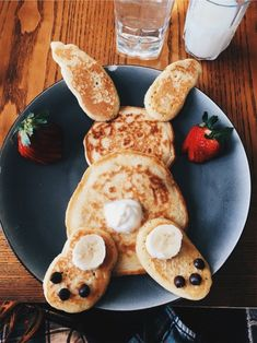 Pancakes Bunny Pancakes,Bunny Pancakes, Impressive Latte And It's Too Cute To Gefüllte Eier zu Ostern für ein leckeres Osterbrunch. Easter Recipes, Baby Food Recipes, Holiday Recipes, Party Recipes, Spring Recipes, Cute Food, Good Food, Yummy Food, Creative Food