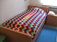 My world of crochet: Die Tagesdecke mit Granny-Mitte ist fertig!!! Lovely use of color...