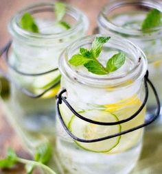 Agua infusionada con limón, menta y pepino