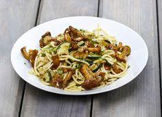 Jetzt haben Pfifferlinge Saison! Ein tolles Rezept - zubereitet mit Zucchini und Salbei, serviert mit frischer Pasta - verwöhnen Sie sich und Ihre Gäste !