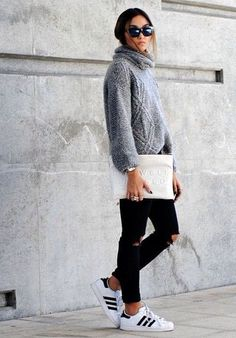 Minimal meets Classic. Adidas Sneakers, Skinny Jeans, Wollpullover. Accessoires: Sonnenbrille und weiße Clutch. Cool.