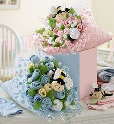 We love Baby things and making our own Baby shower gift and presents for friends who are having babies Is so much fun. Look at these DIY Baby Sock Bouquets. Regalo Baby Shower, Fiesta Baby Shower, Baby Shower Parties, Baby Shower Themes, Baby Shower Nappy Cake, Baby Shower Diapers, Baby Showers, Baby Sock Bouquet, Diaper Bouquet