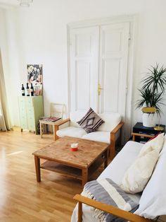 Superschönes Altbauwohnzimmer Mit Flügeltüren, Hohen Decken Und  Parkettboden. #altbauwohnung #altbau #wohnung