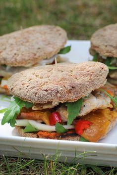 Kesän satokausihampurilainen kätkee sisäänsä makeaa nektariinia, tulista chiliä ja lempeää mozzarellaa. Nektariinit ja broilerit voi kypsentää myös grillissä. Salmon Burgers, Sandwiches, Ethnic Recipes, Paninis