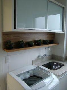 Lavanderia funcional e linda.. Adorei essa prateleira com vasinhos