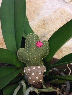 It seems that this is the year of cactus, and mine is a flowered one! Pare che questo sia l'anno del cactus e il mio è fiorito! #feltro #cactus #felt #pannolenci