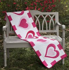 CS - Like this runner too. Be My Valentine Table Runner Table Runner And Placemats, Table Runner Pattern, Quilted Table Runners, Valentine Template, Be My Valentine, Valentine Ideas, Valentine Hearts, Valentine Decorations, Patchwork Heart