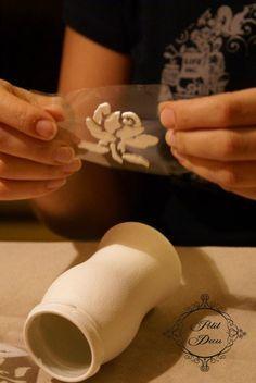 Рукодельная лавка - Как сделать объемный рельеф на округлой поверхности? Теперь его надо аккуратно приложить к баночке. Можно немножко прижать его пальцами, чтобы он прилип. Я бы сделала еще вот что - можно немного смочить баночку (кисточкой или ватным томпоном) на месте склейки, чтобы увеличить сцепляемость пасты с сухой акриловой краской поверхности баночки.