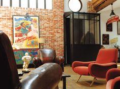Un ancien atelier au sol de terre battue s'est transformé en un loft de 250 m2, où meubles et objets des années 1950 racontent une histoire hors du temps. Dès l'entrée, qui communique avec le...