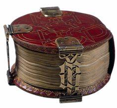 "lovely round belgian book, from 1480. cool binding. ""Codex Rotundus"", un libro d'ore di 9 cm di diametro, composto nel 1480 a Bruges. Biblioteca della Cattedrale di Hildesheim, Germania"