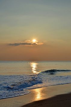 Sunset on the beach Ocean Sunset, Sea And Ocean, Ocean Waves, Sunrise And Sunset, Sunrise Window, Beach Sunsets, Beautiful Sunset, Beautiful Beaches, Beautiful World