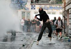 People living in Europe's biggest cities are familiar with images like this one. The photo from 2009 shows a young man lobbing a stone in Hamburg's central Schanzenviertel district. Each year on May 1, anarchists and extremists take part in demonstrations that generally escalate into property damage and sometimes injuries.