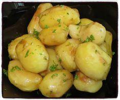 #pommesdeterre#persillées#four Temps de préparation : 15 minutesTemps de cuisson : 1 heureRecette pour 4 personnes Ingrédients : * 800g de pommes de terre* 35cl d'eau* 4cl d'huile* 2 cubes maggi* sel, poivre, ail* persil Préparation : 1/ Éplucher, laver...