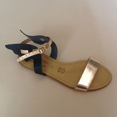 Greek Sandals (Δερμάτινα :: Πέδιλα, Σαγιονάρες, Παντόφλες) @ www.GreekShoes.Net > Κωδικός: 260.501 > Μεγέθη: Νο.35-Νο.41 (τιμή 30€) & Νο.42-Νο.45 (τιμή 40€) > Σόλα: Σφήνα ή Φλάτ   Λευκή ή Μπέζ > Χρώματα: Μαύρο-Χαλκός, Ταμπά-Χρυσό, Λευκό-Χρυσό Greek Sandals, Wedges, Shoes, Fashion, Moda, Zapatos, Shoes Outlet, Fashion Styles, Shoe