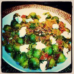 Gewokte spruitjes, kerrie, knoflook, rode ui, tomaat, tamari en rode peper. Guinoa, walnoten en geitenkaas erdoor.