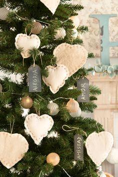 Detalles adornos navideños de tela en blanco