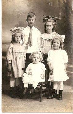 +~+~ Antique Photograph ~+~+ Portrait of Victorian Children + ~ + ~ Antikes Foto ~ + ~ + Porträt viktorianischer Kinder Vintage Children Photos, Vintage Pictures, Old Pictures, Vintage Images, Old Photos, Victorian Life, Victorian Photos, Shabby Vintage, Vintage Girls