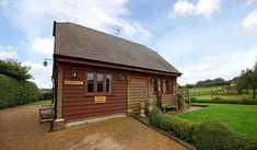 Redfern Barn Nestled in an area of outstanding natural beauty in Kent, a pretty and comfortable self-catering holiday barn with a pretty cottage garden offers a perfect stay for two close to Wye, Kent. Rural Kent... #HolidayHomes  #Travel #Backpackers #Accommodation #Budget