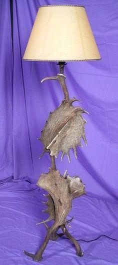 Lámpara de pie realizada en asta de gamo. Más info: www.artesania-alla.es