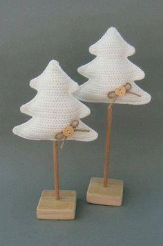 Christmas Tree pattern by Katka Reznickova – Leico Handwerk - Crochet Crochet Christmas Decorations, Christmas Tree Pattern, Crochet Christmas Ornaments, Holiday Crochet, Crochet Winter, Crochet Diy, Crochet Home, Crochet Crafts, Yarn Crafts