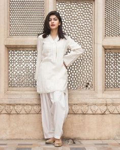 30 Ideas On How To Wear White Shalwar Kameez For Women White Shalwar Kameez Ideas for Women. The color white is the epitome of grace and elegance. White acts like a perfect blank canvas to show off any colorful embroidery, beadwork, or intricate work. Stylish Dress Designs, Designs For Dresses, Stylish Dresses, Casual Dresses, Pakistani Fashion Party Wear, Pakistani Outfits, Indian Outfits, Simple Pakistani Dresses, Pakistani Dress Design