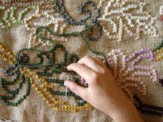Os tapetes de arraiolo são característicos da Vila de Alenjana de Arraiolos em Portugal, daí surge à origem de seu nome. Os tapetes são bordados em lã com pontos arraiolos, ele é produzido sobre uma tela que pode ser feita de linho, juta ou algodão. Os pontos arraiolos são pontos cruzados, composto por duas meias …