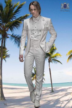 Traje italiano en blanco en tejido dama (43%ac - 57%vi), solapa moda pico con un boton, modelo 143 Ottavio Nuccio Gala, 2015 Colección Fashion.