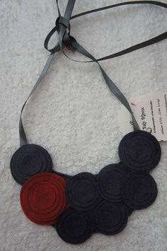 Max colar de feltro com círculos de vários tamanhos, amarrado com fita de cetim R$ 23,00