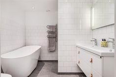 Kommod från Ballingslövs serie Bright. LOCATION: Lägenhet i Falun Bathtub, Bathroom Remodeling, Bathroom Ideas, Bright, Interior Design, Inspiration, Marrakech, Bathrooms, Home Decor
