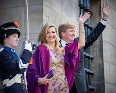 Koning Willem-Alexander en koningin Máxima komen aan bij het Koninklijk Paleis in Amsterdam.