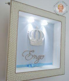 Quadro maternidade com LED e aplique em pérolas,strass e cristais Swarovski. <br>Personalizado com o nome do bebe. <br>O tecido de fundo pode ter a cor ou estampa que desejar,inclusive podendo enviar uma foto ou ate mesmo amostra para combinar com a decoração e enxoval. <br> <br>O quadro mede 30x30cm,as bordas são inteiramente trabalhadas em meia pérola e strass,a coroa é trabalhada em meia pérola e cristais Swarovski legítimos,consulte outro tipo de aplique como sapatinhos* <br…