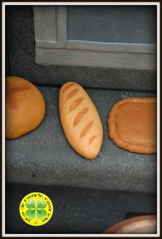 Hoy os traemos una nueva fofucha que forma un conjunto muy elaborado. Es Elena, una simpática fofucha panadera que va acompañada por su horno de leña. El horno está realizado con porexpán, que hemos tallado, texturizado y que luego hemos pintado para conseguir el efecto de los bloques de piedra. El resto del horno está pintado simulando piedra lisa. El suelo lo hemos realizado también texturizándolo para dar un aspecto de pizarra.