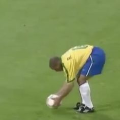 20 years ago, Roberto Carlos did this. - So Funny Epic Fails Pictures Epic Fail Pictures, Best Funny Pictures, Cool Pictures, Soccer Gifs, Soccer Highlights, Soccer Skills, Just Amazing, Awesome, Amazing Gifs