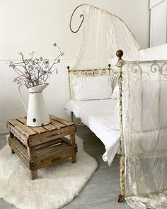 Country Style Homes, French Country Style, Country Chic, White Cottage, Shabby Chic Cottage, French Daybed, Sheet Music Crafts, Daybed Room, Wrought Iron Beds
