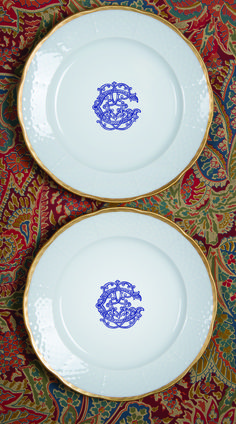 This white china porcelain dinnerware will make a beautiful tablescape for Christmas, Thanksgiving, or at your next dinner party! Explore modern to vintage inspired European dinnerware at http://www.sashanicholas.com/shop-all/weave-24k-gold-rimmed-salad-plate-with-monogram/ | Christmas Entertaining Ideas | Holidays | Tablescapes | Dinnerware | China