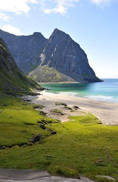Wunderschöner Strand in traumhafter Kulisse: Kvalvika auf den Lofoten, Nordnorwegen