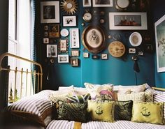 eclectic bedroom is all about finding that right balance between what you love. In this post we have a collection of 25 cool eclectic bedroom design ideas Turquoise Walls, Teal Walls, Green Walls, Color Walls, Turquoise Bedrooms, Turquoise Furniture, Bright Walls, Turquoise Color, Color Blue