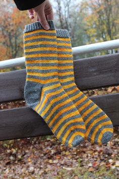 For the dark days -socks Crochet Socks, Knitting Socks, Hand Knitting, Knit Crochet, Loom Knitting Patterns, Knitting Projects, Lots Of Socks, Free Dobby, Cozy Socks