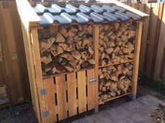 Houthok. Stijlvolle houtopslag voor in de tuin. Firewood Rack, Firewood Storage, Wood Shed, Outdoor Sheds, Garden Inspiration, Garden Ideas, Outdoor Storage, Cool Cars, Woodworking