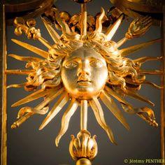 350è anniversaire de l'assomption du Soleil rayonnant en emblème personnel par le roi Louis XIV, qui désormais sera connu comme le Roi-Soleil. Il choisit la dévise latine qui l'accompagne -« Nec pluribus impar »- pour exprimer sa conviction d'être un roi au-dessus de tous.
