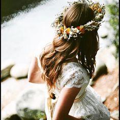 Olha que só que coisa mais linda que achei para casamento no campo no ig que me inspiro todos os dias @casamentando  A coroa de flores fica tão charmosa e romântica, não acham?
