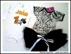KIT COMPOSTO POR: 1 Body bebê 100% algodão em malha - estampa Zebra; 1 Body (0 a 3 anos) ou camiseta de 0 a 14 ano; 1 Saia tutu.  O resultado é surpreendente para a criança e convidados!  Ideal para presentear.  Opções de tamanho body com estampa de zebra: P - 38X23 M - 40X24 G - 42X25   Opções de tamanho body ou camiseta (com idade, nome e zebra) Centímetros (comprimento X largura)  Body bebê - manga curta P - 34 X 18  M - 36 X 18  G - 38 X 19   Body criança - manga curta Tam 1 - 45X21 Tam…