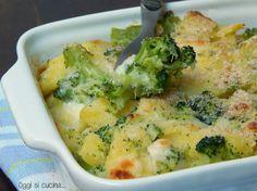 Broccoli e patate gratinati con mozzarella filante sono un secondo piatto o contorno ricco e completo, adatto anche a chi segue una dieta vegetariana.