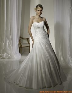b7cf1950d626 Elegantes klassisches Brautkleid aus Satin mit Schleppe Stili Di Abiti Da  Sposa
