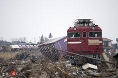 この日も福島県の沿岸部を走行していたED75。  しかし3/11日、あの大震災が起こる。   ED75に巨大津波が襲い掛かる―  機関部浸水、貨物車両は津波を受けて線路からはずれ流された。  前後の線路も流され、ED75は帰り道を失った。 動けなくなった「たまねぎ列車」に積み込まれていた農作物は ジャガイモ35t、タマネギ175t、コメ35t、その他の農産物95t。  ホクレンはこの全農作物を被災地に寄付する事を決定。  ED75の最後の仕事は、食料の届かない被災地を大きく助ける事となった。
