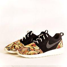 Nike Roshe Run Black Vintage Print Custom Men & Womens von Dropkiks auf Etsy https://www.etsy.com/de/listing/225515478/nike-roshe-run-black-vintage-print