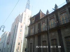 Relación por mimetizacion: es la manera en como se ha diseñado el edificio de acuerdo con su entorno para no remarcar una diferencia con otras edificaciones que lo rodean.